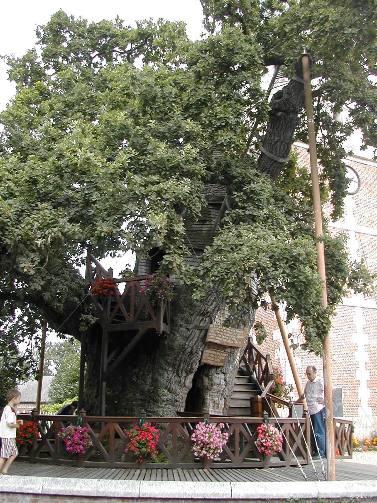 santuário de 'Notre Dame de la Paix' fica abaixo das placas, e 'Chambre de l'Ermite' subindo as escadas (Foto: Wikimedia Commons)