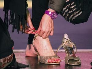 Competidora coloca seu sapato antes da dança (Foto: Enrique Marcarian/Reuters)