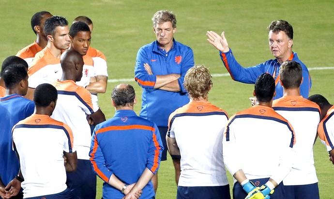 Louis van Gaal com jogadores no treino da Holanda (Foto: EFE)