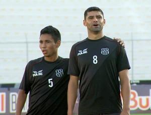 Tiago Cametá e William Batoré durante treino da Ponte Preta (Foto: Carlos Velardi/ EPTV)