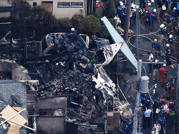 Vista aérea do acidente com avião de pequeno porte que deixou três mortos perto de Tóquio, no Japão (Foto:  AFP PHOTO / JIJI PRESS )