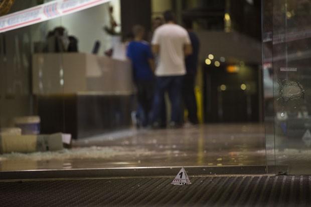 Vidro quebrado é visto em frente a hotel alvo de tiroteio nesta terça-feira (28) em Barcelona (Foto: Emilio Morenatti/AP)