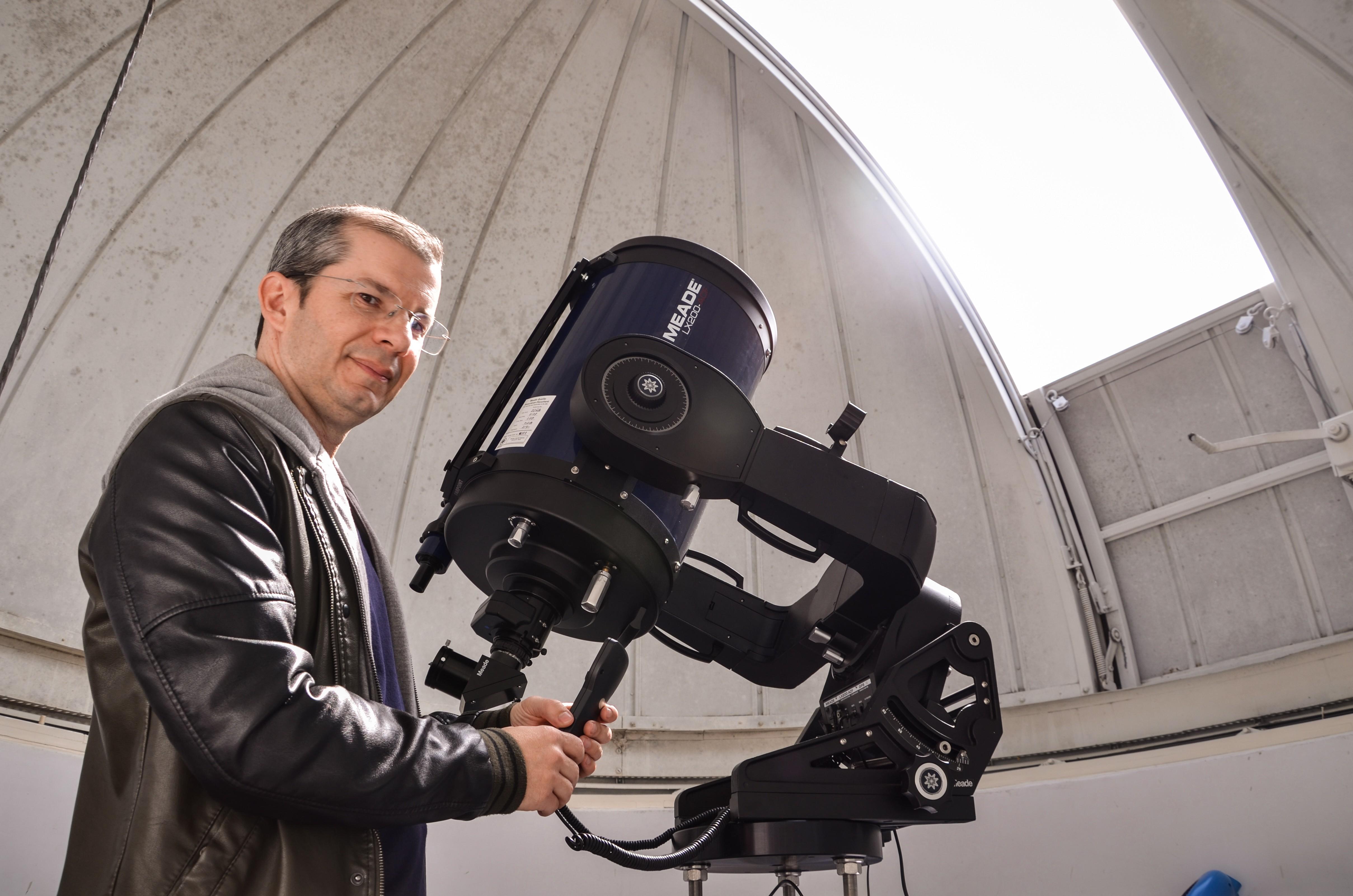 O professor Alexandre Soares no Observatório da Univap (Foto: Divulgação)
