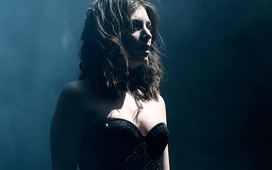 Em seu novo disco, Melodrama, Lorde prova sua veia cronista e leva o público por recortes do confuso cotidiano dos jovens (Foto: Kevin Winter/Getty Images) (Foto: Kevin Winter/Getty Images)