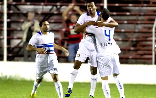 Renato Ribeiro comemora gol do São Caetano contra o Oeste (Foto: José Luis Silva / Agência Estado)