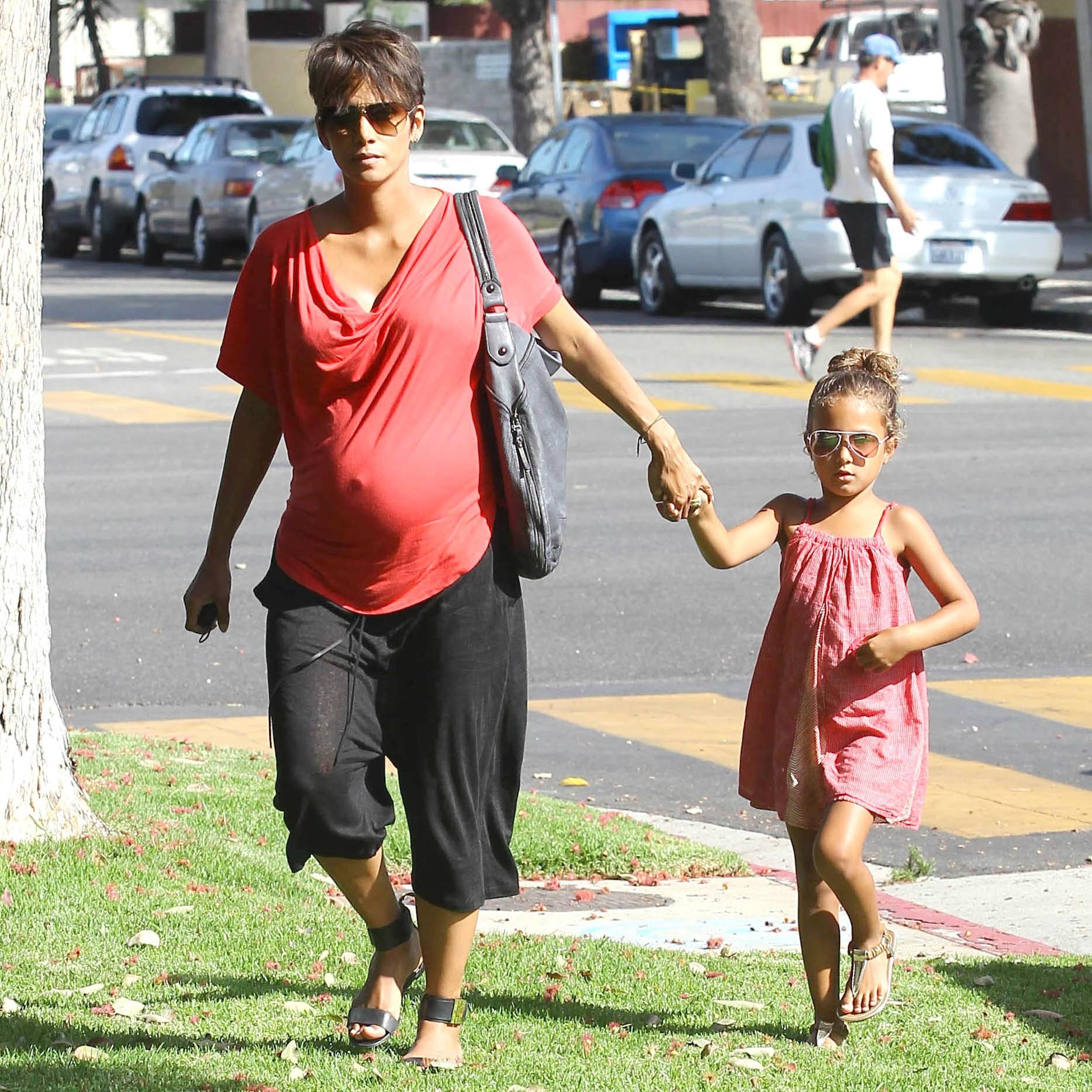 Em outubro de 2013, a atriz Halle Berry deu à luz Maceo, fruto do casamento com o ator francês Olivier Martinez. Porém, ela cria sozinha sua primogênita, Nahla Ariela. (Foto: Getty Images)
