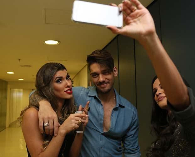 Ana Paula Guedes interage com o cantor  (Foto: Carol Caminha/ Gshow)