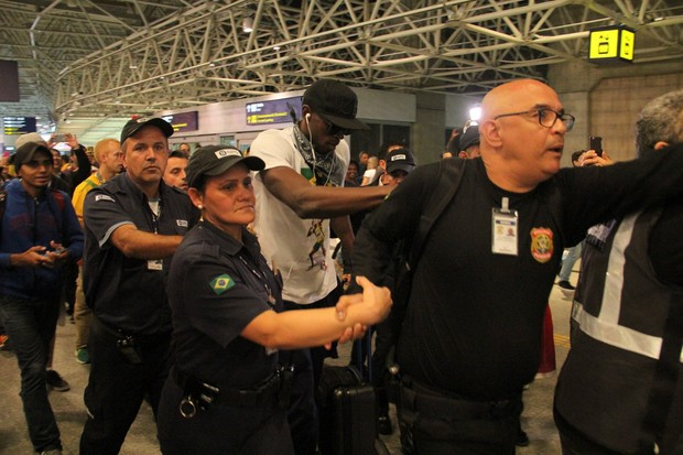 Usain Bolt embarca no aeroporto Tom Jobim, no Rio (Foto: Wallace Barbosa / AgNews)