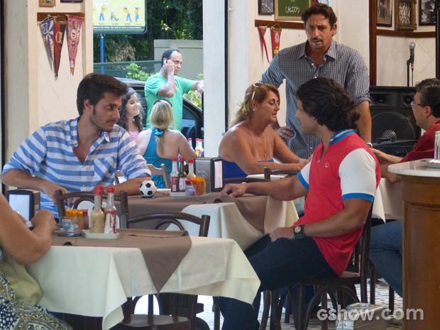 Martin conta para Edgato que compru o Embaixada  (Foto: Malhação / TV Globo)