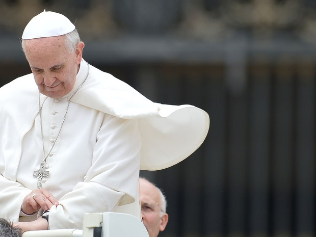Papa Francisco olha as horas ao deixar a Praça São Pedro após audiência no Vaticano. (Foto: Gabriel Bouys/AFP)
