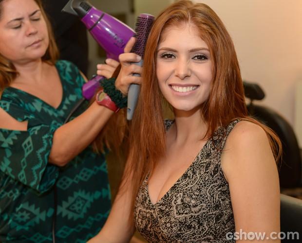 Na sala de maquiagem, Amanda se prepara para a grande noite do BBB14 (Foto: Camila Serejo / TV Globo)
