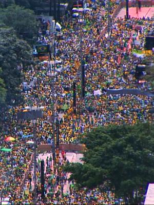 Milhares de manifestantes lotam a Av. Paulista e ruas na região (TV Globo)