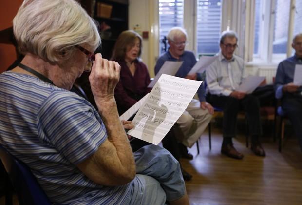 'Terapia do canto' ajuda pacientes com enfisema e asma (Foto: Sang Tan/AP)
