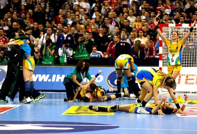 comemoração Brasil campeão handebol Mundial (Foto: AP)
