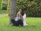Juliana Paes brinca com o filho em pracinha do Rio
