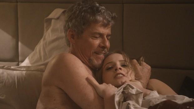 Marcella Rica em cena da novela A Lei do Amor com José Mayer  (Foto: Reprodução/Globo)
