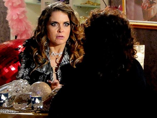 Sente a cara que Chay faz com as previsões da vidente (Foto: Cheias de Charme / TV Globo)