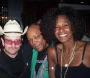 Izzy Gordon posa com Quincy Jones e Bono Vox (Foto: Arquivo pessoal)