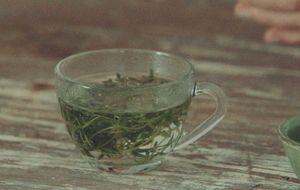 Chá de orégano com óleo essencial de verbena para cólica menstrual