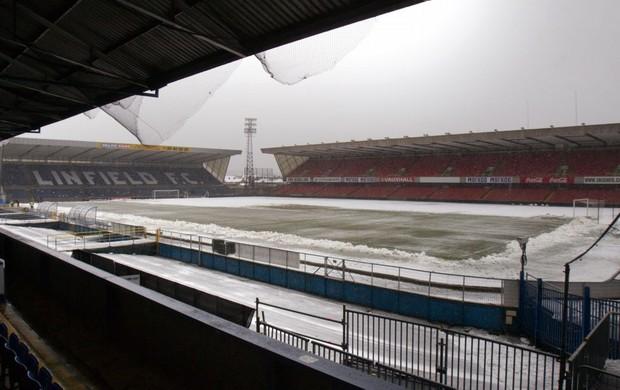 Estádio Windsor Park, na Irlanda do Norte, coberto de neve. Jogo da Rússia adiado (Foto: AFP)