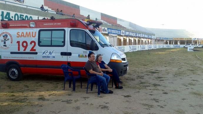 Jogo entre Baraúnas e Sampaio Corrêa, pela Série C, teve atraso por falta de ambulância no Estádio Nogueirão, em Mossoró (Foto: Sara Cardoso/G1)