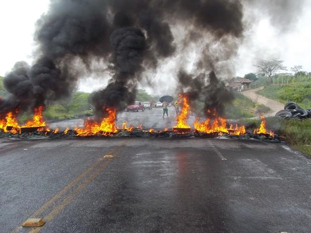 Protesto na rodovia PE-149, em Ibirajuba (Foto: Clemildo Galdino/ Arquivo pessoal )