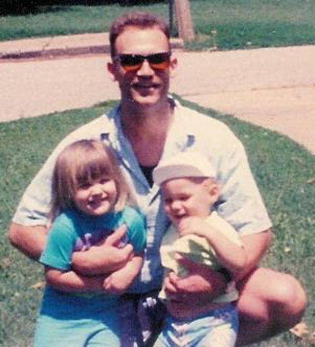 Após voltar de uma missão militar na Arábia Saudita, Stewart (ao centro) passou a não reconhecer Jackson (à dir.) como seu filho (Foto: Arquivo pessoal/Brryan Jackson)