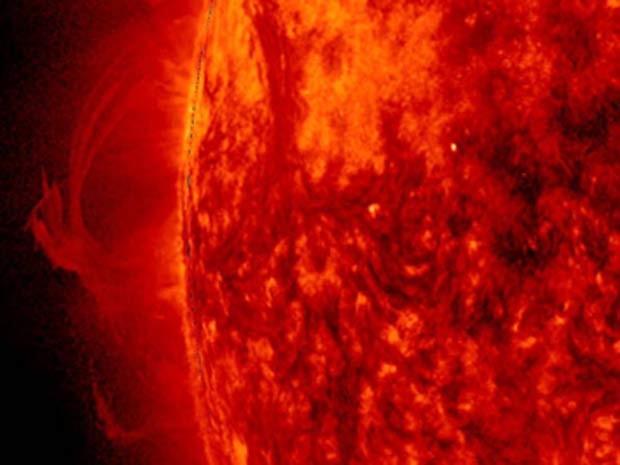 Imagem aproximada mostra fluxos de plasma em campo magnético do Sol (Foto: NASA/Solar Dynamics Observatory/Steele Hill)