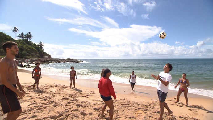 Alessandro Timbó joga altinha na praia (Foto: TV Bahia)