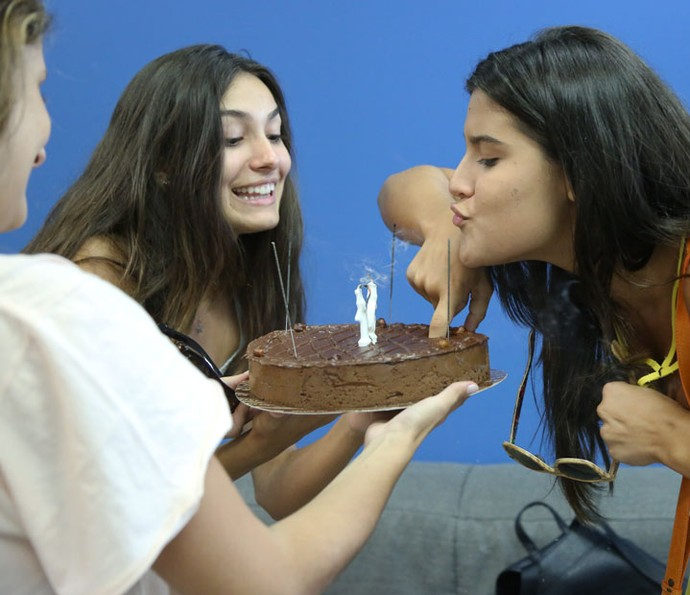 Dedo no bolo? Aniversariante pode! (Foto: Fabiano Battaglin/Gshow)