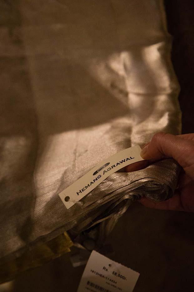 Linen silver saris woven with precious metal threads in Mumbai Ensemble store  (Foto:  Rohan Hande )