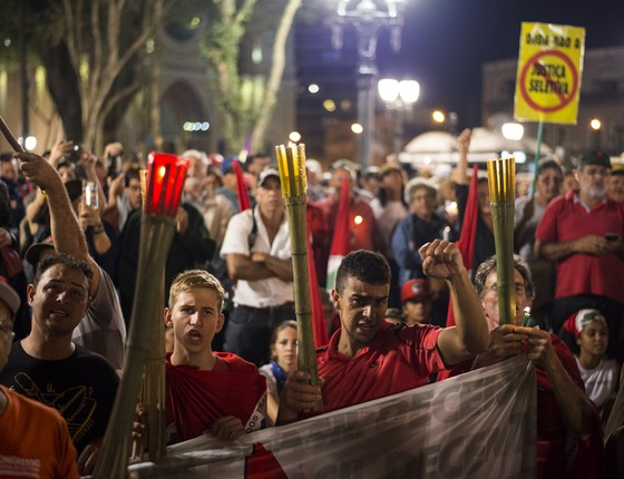 Manifestantes apoiadores do ex-presidente Lula acampados no centro de Curitiba para o depoimento dele ao juiz Sérgio Moro. (Foto: AFP PHOTO / Heuler Andrey)