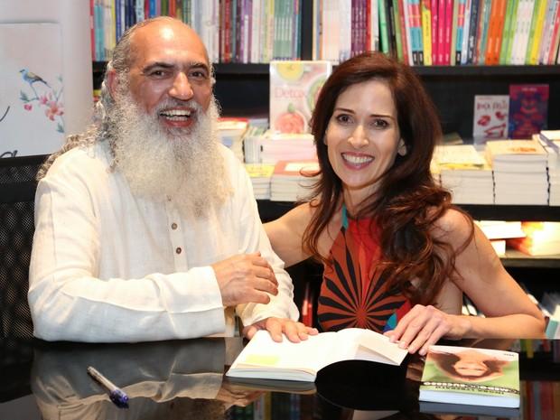 Sri Prem Baba e Ingra Liberato em lançamento de livro na Zona Sul do Rio (Foto: Roberto Filho/ Brazil News)