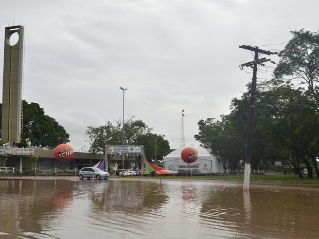 Ponto de alagamento também se formou perto do Monumento Marco Zero em Macapá (Foto: Abinoan Santiago/G1)