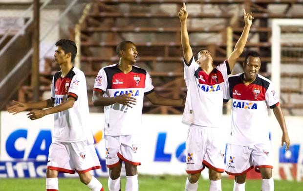 Luciano Sorriso comemora gol do Atlético-Go contra o Oeste (Foto: José Luis silva / Agência estado)