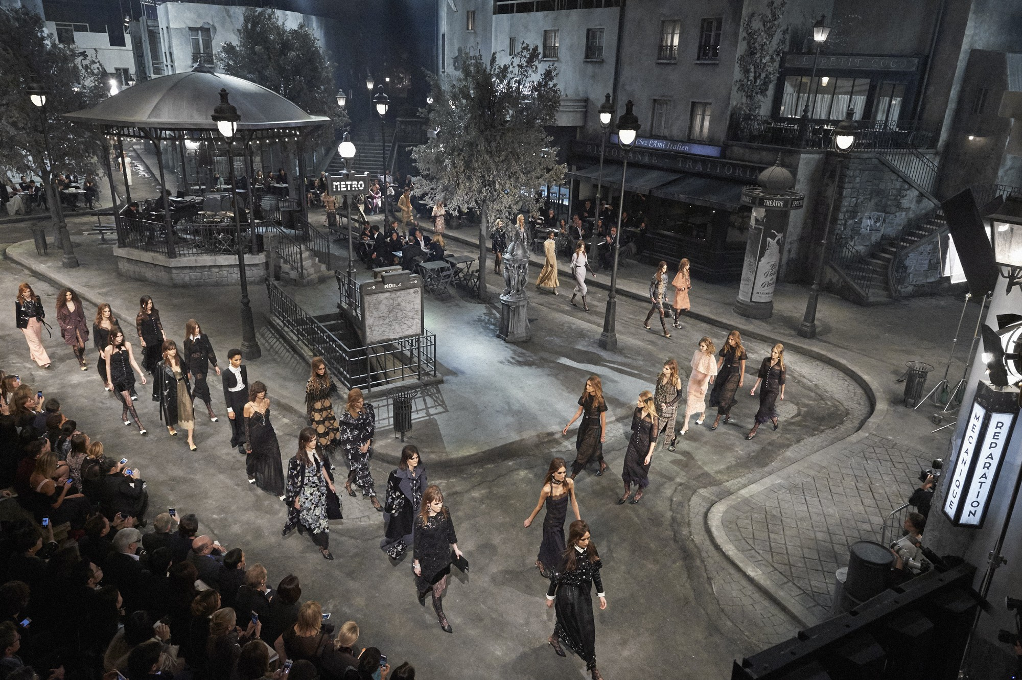 A view of the set at Chanel's Métiers d'art Paris in Rome show at Theatre No 5 - transforming Rome's Cinecittà film studios into a Parisian square  (Foto: Olivier Saillant)