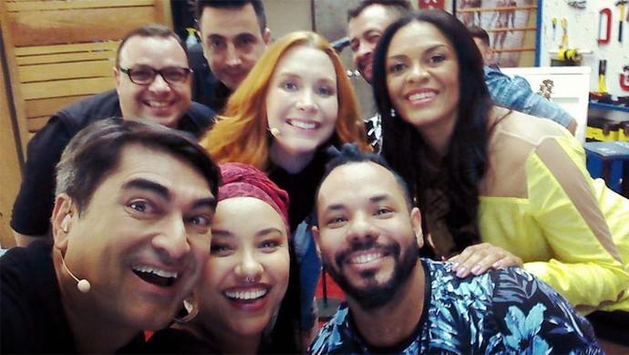 Zeca Camargo fez selfie com a banda Georgia nos bastidors do É de Casa (Foto: Arquivo pessoal)