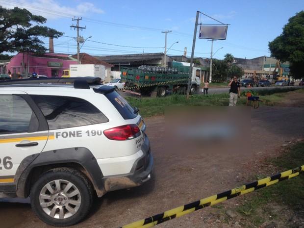 Jovem foi morto a tiros enquanto caminhava para casa em Pelotas (Foto: Patrícia Porciúncula/RBS TV)