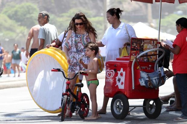 Lavínia Vlasak compra picolé para o filho (Foto: Wallace Barbosa\ AgNews)