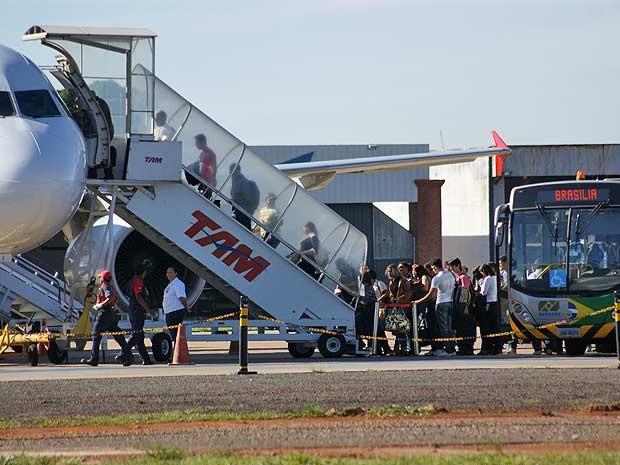Passageiros embarcam em Brasília em avião com destino a Belém; viagem foi interrompida ao meio-dia devido suposto fogo em banheiros (Foto: Vianey Bentes/TV Globo)