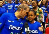 Bernardinho paga tratamento para menina voltar a andar (Reprodução TV Globo)