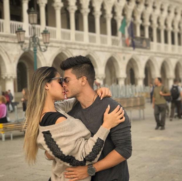 Arthur Aguiar e Mayra Cardi são expulsos aos berros na Itália