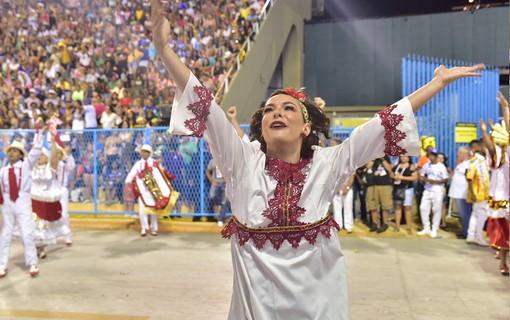 Regiane Alves desfiila pela Paraíso do Tuiuti