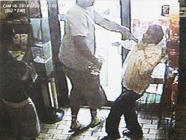 Imagen de câmera de uma loja de conveniência de Ferguson, divulgada pela polícia nesta sexta (15), mostra roubo em que supostamente Michael Brown esteve envolvido (Foto: REUTERS/Ferguson Police Department/Handout via Reuters )