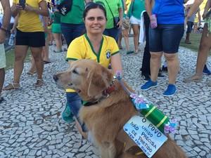 Professora leva animal de estimação para protesto  (Foto: Tassio Andrade/G1)