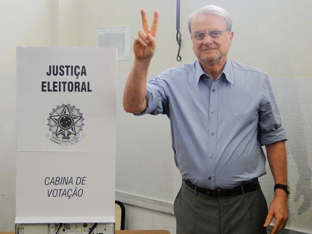 Marcio Lacerda vota em Belo Horizonte (Foto: Pedro Triginelli/G1)