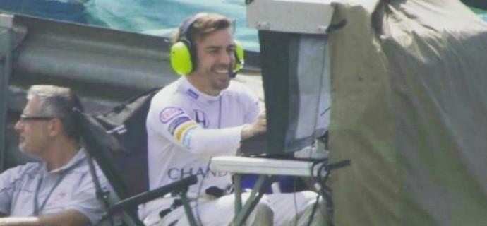 Fernando Alonso operando câmera no GP do Brasil