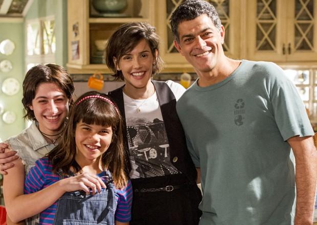 Luisa Arraes (à esquerda) com Laura Barreto, Deborah Secco e Eduardo Moscovis em 'Louco por elas' (Foto: Divulgação/TV Globo)