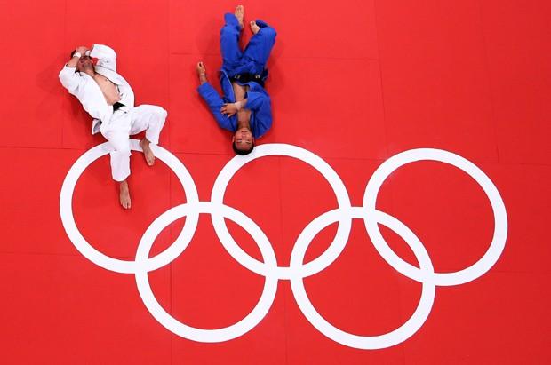 O polonês Pawel Zagrodnik enfrenta o japonês Masashi Ebinuma nos Jogos Olímpicos de Londres em 2012 (Foto: Getty Images)