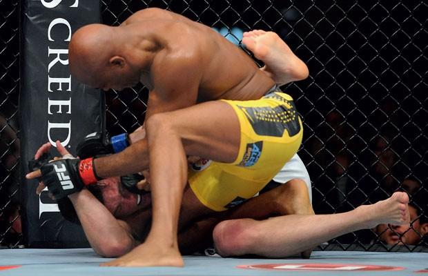 O americano Sonnen tentou um rodopio, caiu, e Anderson foi para cima dele. Aí, já era (Foto: AP)